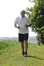 Mann joggt auf der Wiese